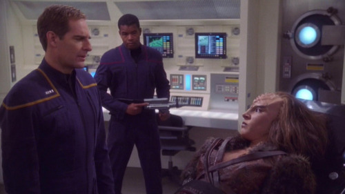 Archer questions the Klingon in Sickbay