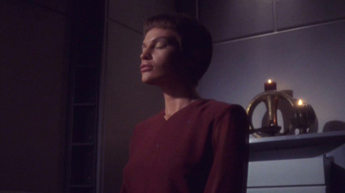 T'Pol meditating in her quarters