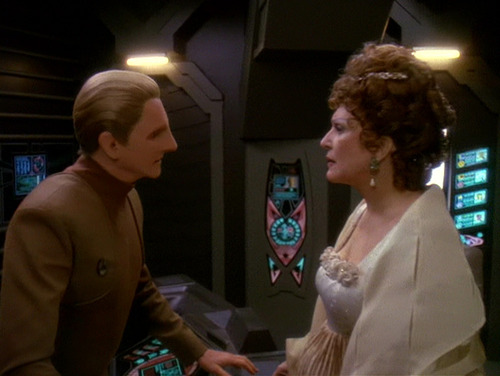 Odo says goodbye to Lwaxana on the Promenade