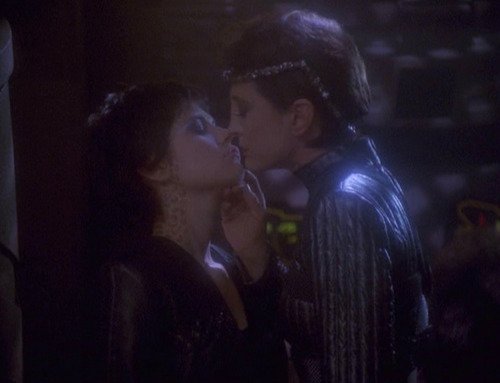 Intendant Kira and Mirror Ezri kiss
