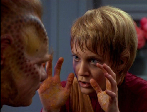 Kes shows Neelix her yellow hands