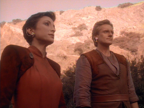 Kira and Shakaar stand outside on Bajor