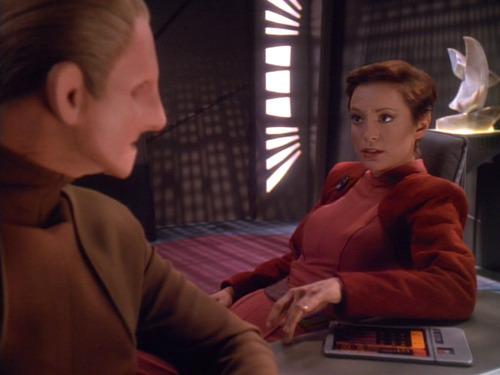 Kira asks Odo for advice in the wardroom