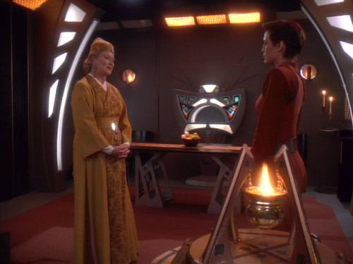 Kai Winn visits Kira in her quarters