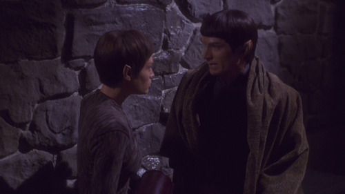 Yuris and T'Pol meet in an alley