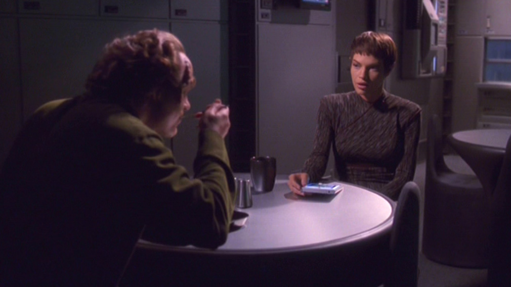 Phlox and T'Pol sit down to eat