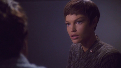 T'Pol talks to Phlox